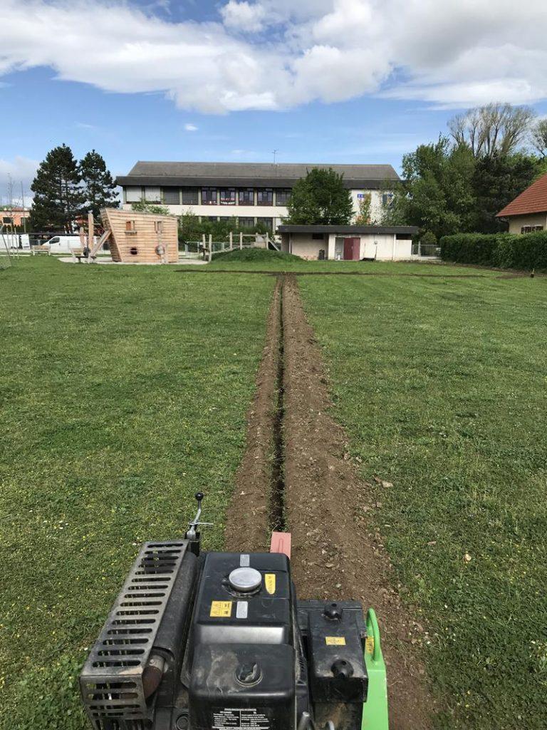 Teesdorf: Blick vom Fußballplatz Richtung Schulgebäude